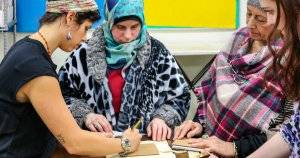 Chicago Program Knits Together a Community of Refugee Women